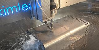 Vandskæring i materialetykkelser op til 150 mm – først og fremmest i materialer som stål og metal, men også kunststof, recyclingplast planker, træ og lignende materialer. Største format er 3000 x 1500 mm ved vandskæring.