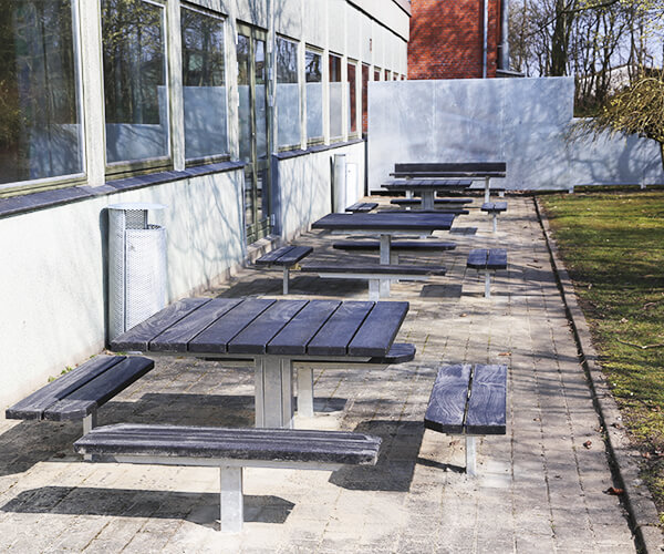 bordbænkesæt i galvaniseret stål og beklædt med genbrugsplast planker til Asferg skole