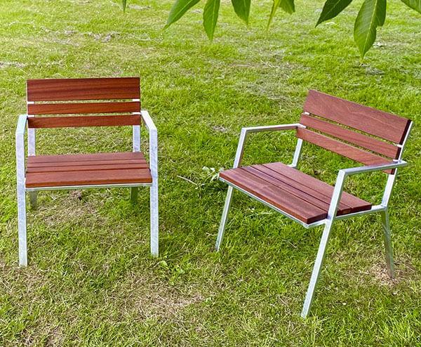 Café stole i dansk stilrent design i galvaniseret stål og træ