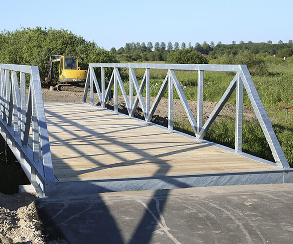 Cykel og gangbroen er fremstillet i solidt galvaniserset stål med betonanslag i hver ende