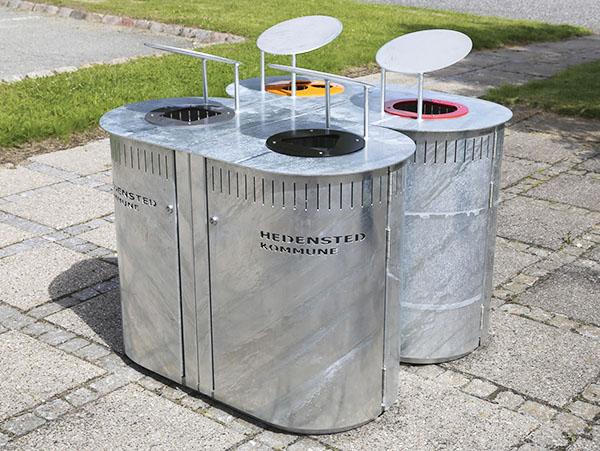 en affaldsbeholder i galvaniseret stål og malet udførsel til affaldssortering til 3 typer affald: glas, dåser og plast samt restaffald