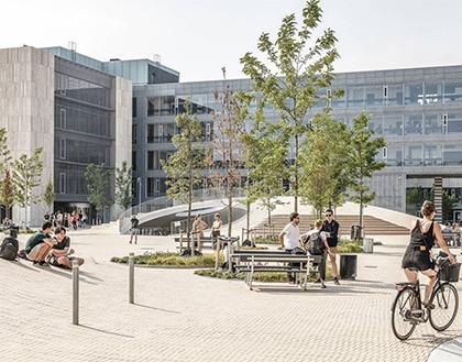 bordbænkesæt og pullerter på KUs Søndre Campus på Karen Blixens Plads