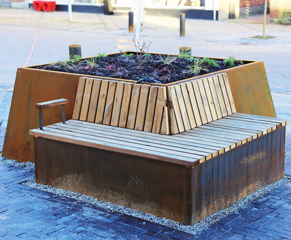 Plantekasse med indbygget bænk