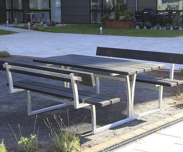 stilrent bordbænkesæt i galvaniseret stål og beklædt med plastplanker med to sæder