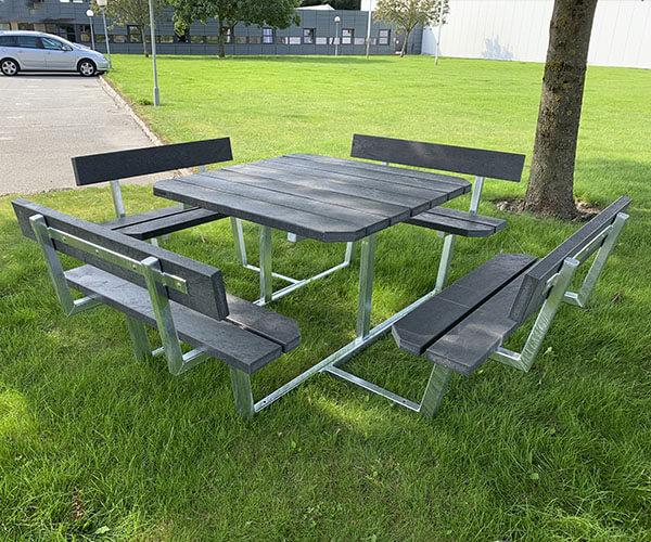 klassisk og billigt bordbænkesæt i galvaniseret stål med genbrugsplanker med ekstra monterende sæder