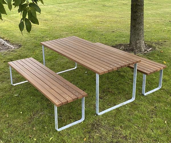simpelt og let bord og bænkesæt i galvaniseret stål og beklædt med mahogni staver
