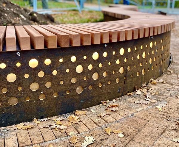 special plint med LED lys og et unikt mønster på sider fremstillet i corten stål og beklædt med mahogni staver