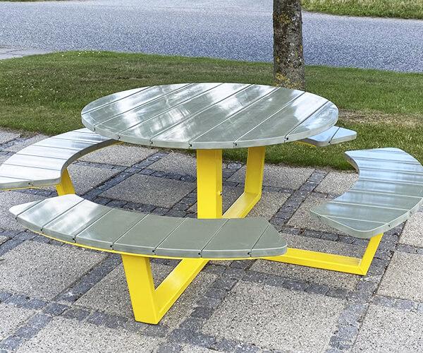 Rundt bordbænkesæt med plast planker i galvaniseret stål malet i gult