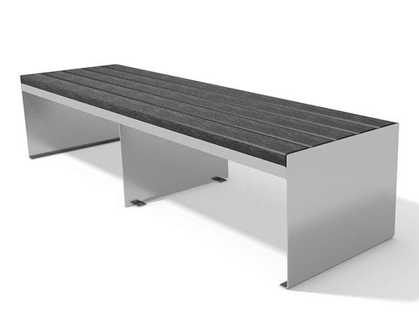 en moderne plint i rustfri stål og beklædt med genbrugsplast planker i sort eller brun