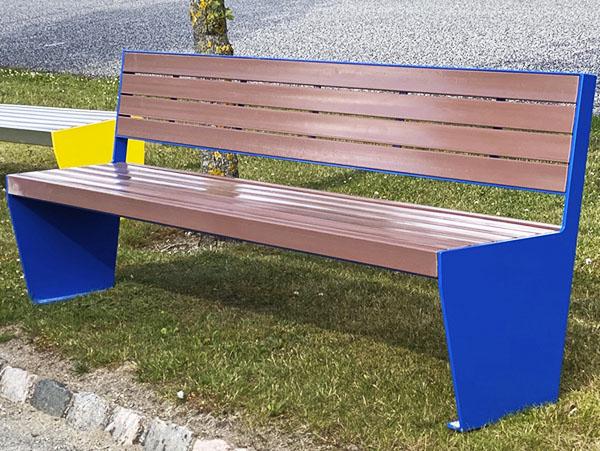 en bænk i galvaniseret stål og malet i blå beklædt med brune genbrugsplast planker