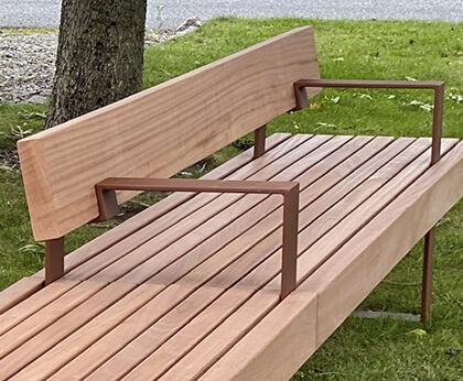 specialbænk i stål og tykke træplanker