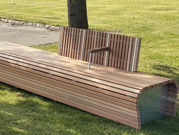 special projektbænk i et unikt design i galvaniseret stål med mahogni staver og en armlæn
