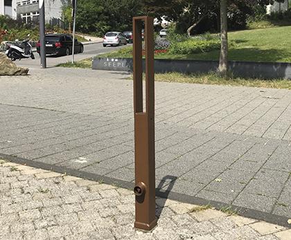 en moderne aftagelig corten pullert i firkantet form