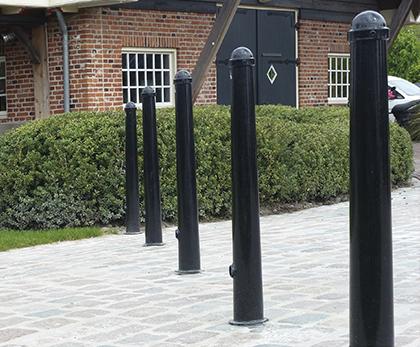 en række dekorative pullerter med en rundtop i galvaniseret stål