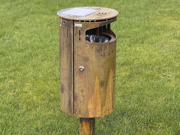 Affaldsspand på søjle