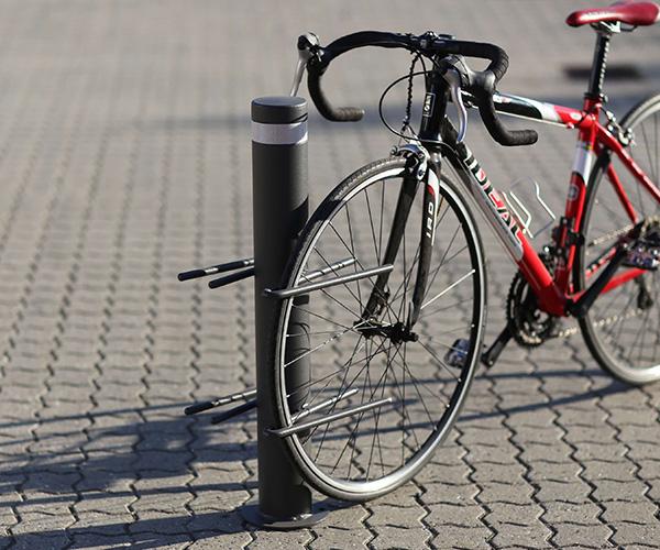 cykelstativ af en varmgalvaniseret pullert med 2 modsat rettede cykelbøjler