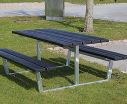 campo, rasteplads, bordbænkesæt er fremstillet i slidstærk galvaniseret stål og beklædt med vores vedligholdelsesfri recyclingplast. Optimal til hårde miljøer