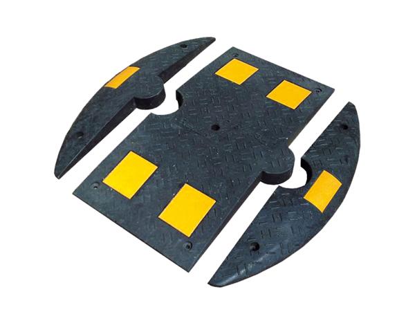 sort speed bump i gummi af ende- og centerstykker med gule felter