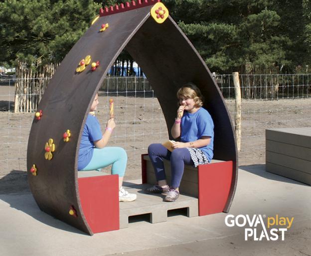 Blomsterlegehus Fleur med indvendig bænk GOVA play PLAST. Vedligeholdesfrit genbrugsplast. Legeplads, skolegård, børnehave, vuggesture, park plads forhandler BY BANG