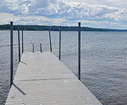 Flydebro der passer perfekt til havneanlæg, marina, roklubber og strand som fiskebro, anløbsbro, badebro mv. Fremstillet i vedligeholdsfrit genbrugsplast