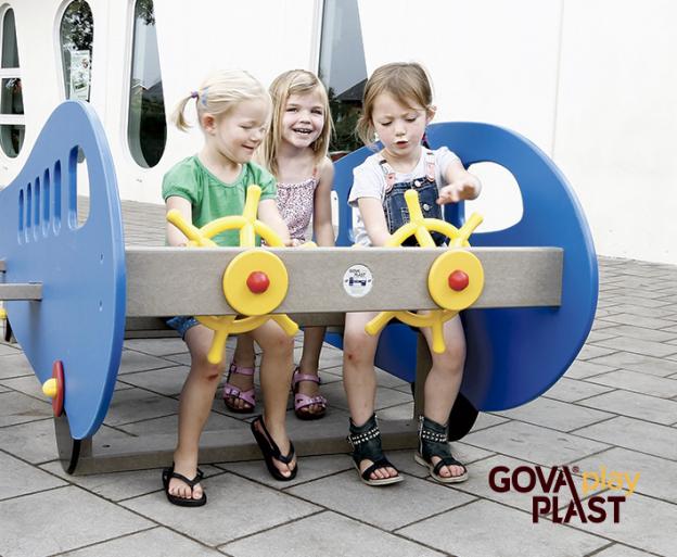Piger i lille jumbojet GOVA play PLAST. Vedligeholdesfrit genbrugsplast. Legeplads, skolegård, børnehave, vuggesture, park plads forhandler BY BANG