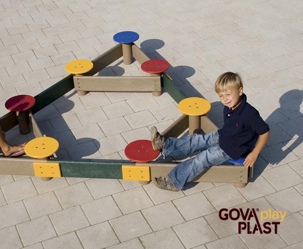 GOVA play PLAST. Vedligeholdesfrit genbrugsplast. Legeplads, skolegård, børnehave, vuggesture, park plads forhandler BY BANG balance trekant, sandkasse, legeplads